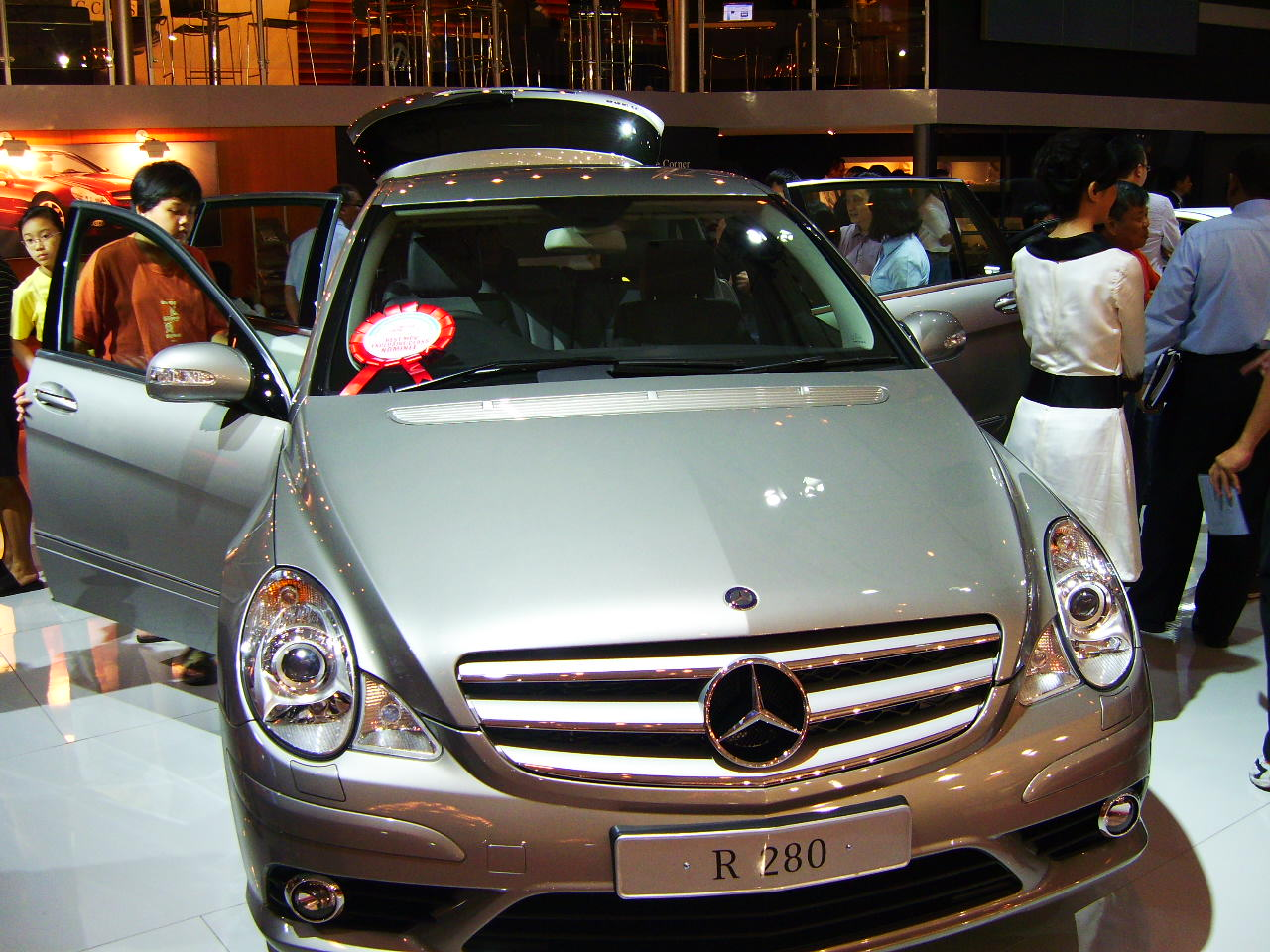 Mercedes tetap unggul