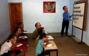 Jokowi ngajarin elit politik bagaimana menjadi leader yang benar... karena selama ini mereka salah terus.