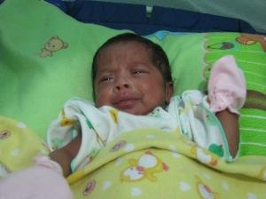Bayi Eva tertolong setelah dipinjamkan inkubator. Berat 2,4 kg