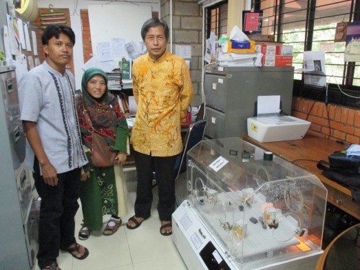 Ibu Lianti guru SD ibu dari bayi prematur Hafidzul dengan suaminya pak Casradi penjahit.