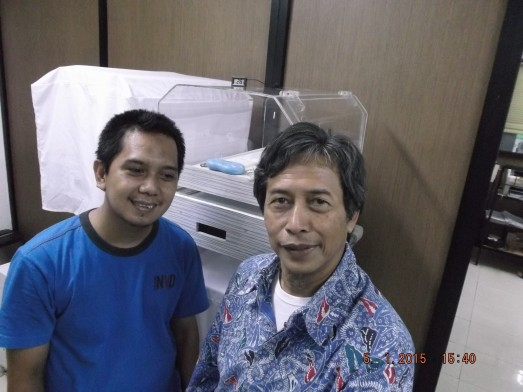 Ayah bayi prematur kembar di Markaz Inkubator lantai 2.